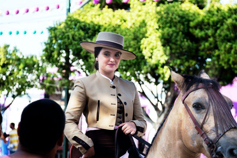 Chica con Sombrero a caballo