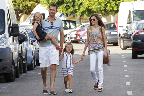 Familia real con abarcas menorquinas