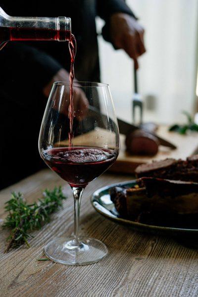 Sirviendo vino en copa