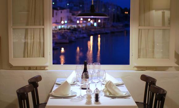 Vistas al puerto en el restaurante S'Amarador