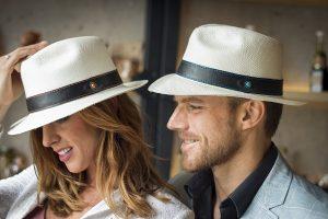 Chica y chico con sombrero