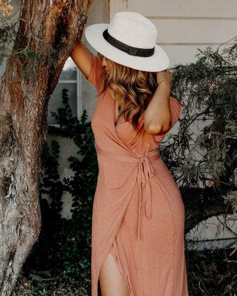 Chica con vestido y sombrero
