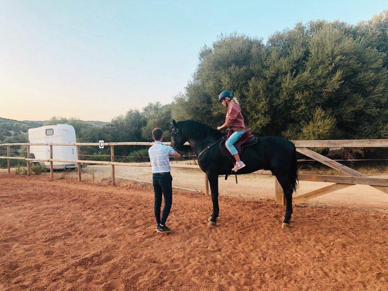Ana Fernández monta a caballo